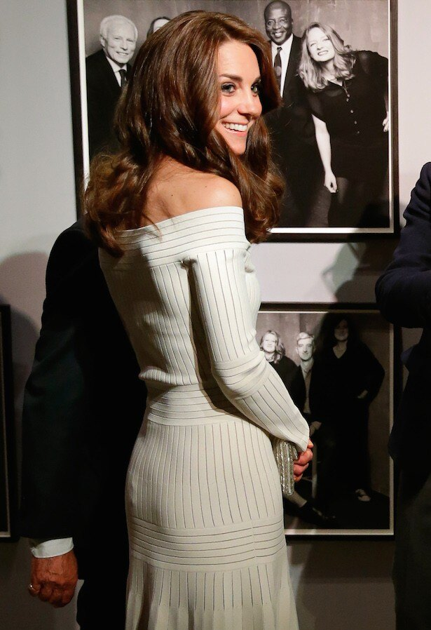 【写真を見る】肩を大胆に露出し、セクシーな魅力満載のキャサリン妃。ほかのドレス姿もチェック!