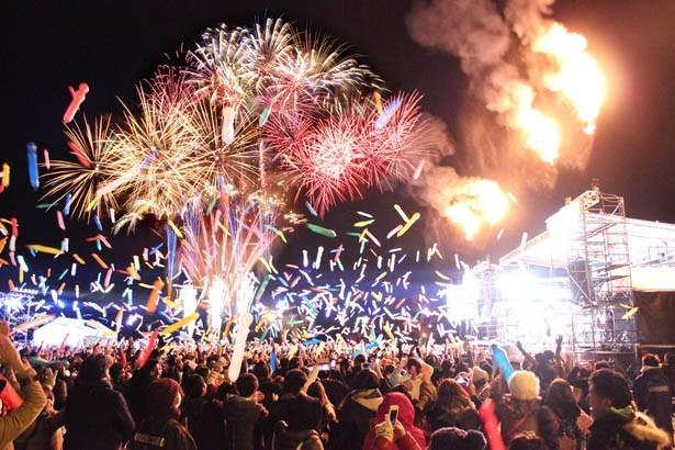 年明けの瞬間は大量のジェットバルーンと花火が宙を舞う