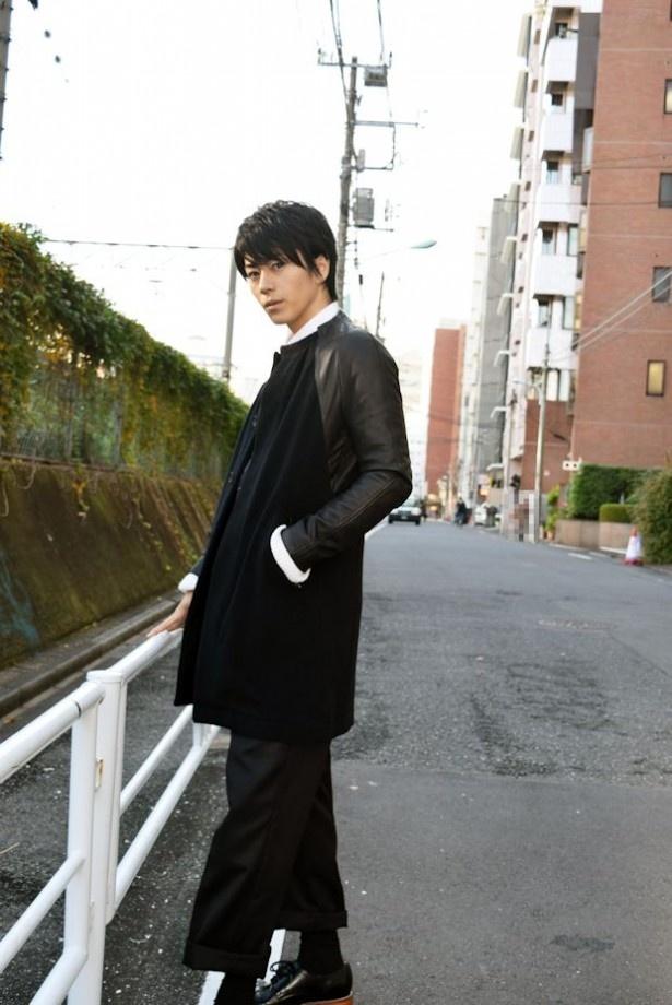 晴れた冬の某日。廣瀬は黒のコートに黒のパンツ姿で登場