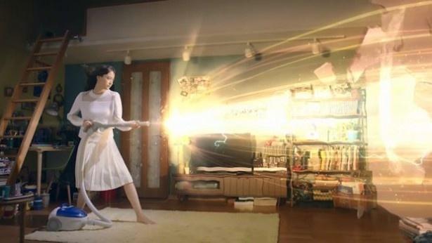 「ミヅキ、いきまーす」篇では、彼氏に向け、掃除機でビームを噴射!