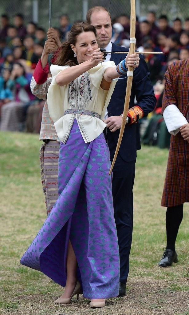 【写真を見る】ブータンを訪れ、笑顔で弓を射るキャサリン妃