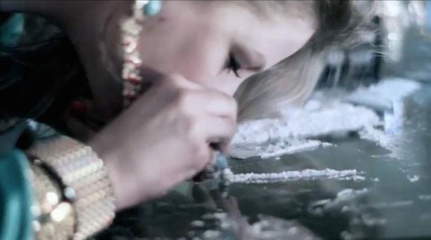 【写真を見る】歌手として活動するクロエがMVで麻薬を摂取!?