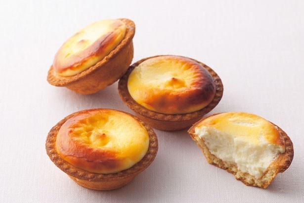 店頭で焼き上げて、できたてを提供する「焼きたてチーズタルト」(1個216円)/BAKE CHEESE TART