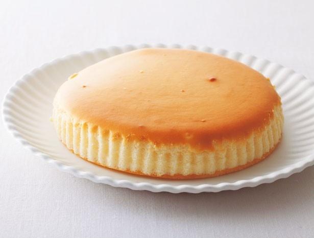 熟練の職人が3段階の温度でじっくりと焼き上げた「御用邸チーズケーキ」(1281円)/チーズガーデン