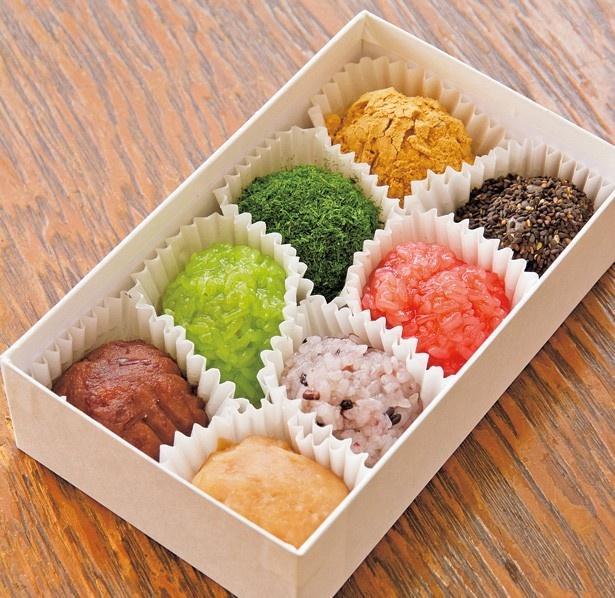 「オハギ」(170円)、「白小豆」(200円)で、一個から持ち帰りすることができ、箱入りは8個で1570円など/祇園 小多福