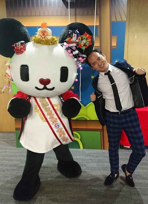 """「年越しクイズサバイバー2016」の収録を終えた斎藤司は、テレビ朝日マスコットの""""ゴーちゃん。""""とポーズ"""
