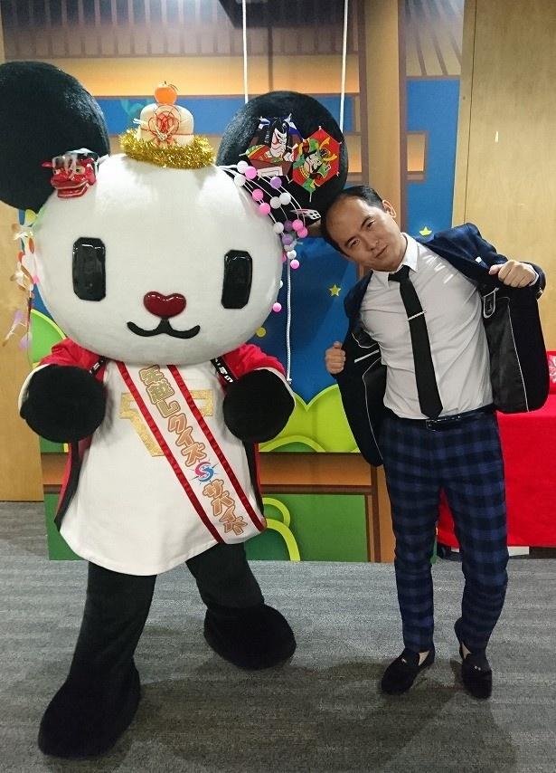"""【写真を見る】""""スーパースター風""""の決め顔を見せる斎藤"""