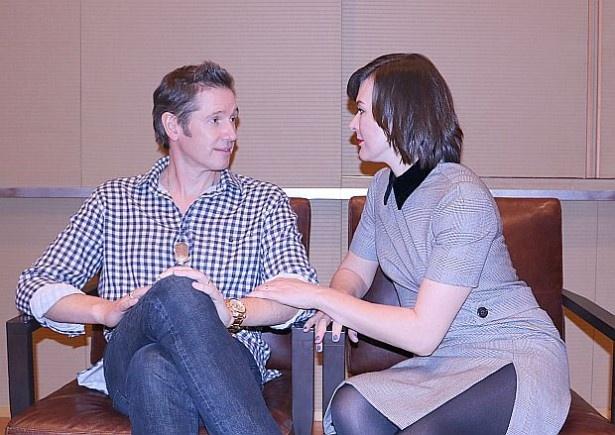 インタビューの間も仲睦まじい様子だったミラ・ジョヴォヴィッチとポール・W・S・アンダーソン監督