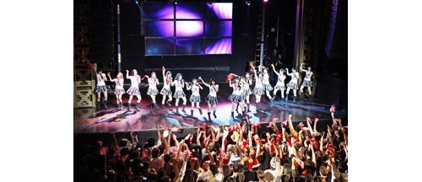 「WEBSTER HALL」でパフォーマンスを披露するAKB48選抜メンバー