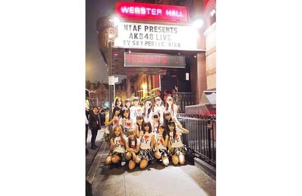 「WEBSTER HALL」の前で記念撮影
