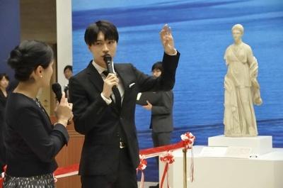 開会式でNHK神戸放送局の北郷三穂子アナウンサーの質問に答える松下優也
