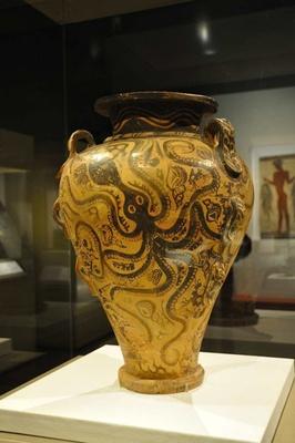 ミノス文明時代の「海洋様式の葡萄酒甕(かめ)」。タコや魚などが器面いっぱいに描かれている