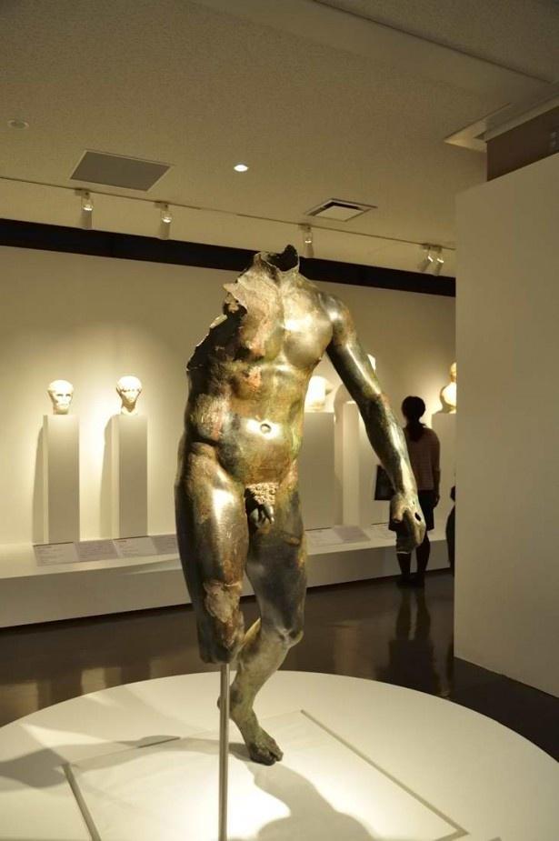 人体をリアルに再現した青銅の「青年像」
