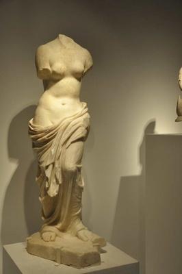 ローマ時代につくられたアフロディテ像。胸や腰、布の柔らかな表現がリアル