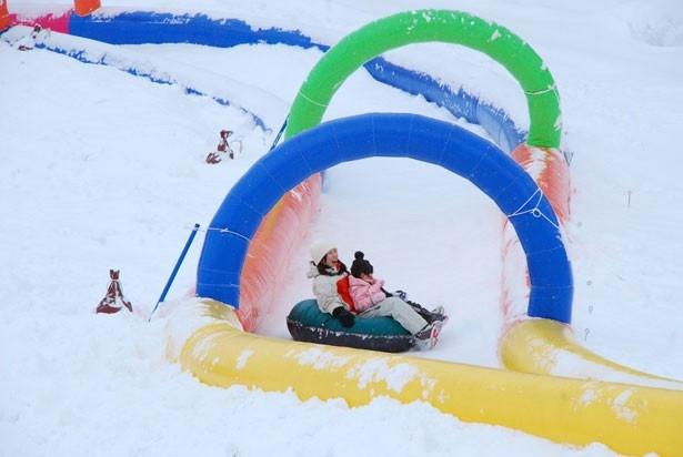 スライディングチューブに乗って約50mの距離を滑走する「スノーシューター」。両端がコースで守られているので、外からの侵入がなく安心