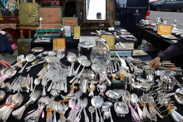 パリのノミの市に並べられる銀のカトラリー