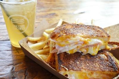 「Racines FARM to PARK」で人気の「グリルドチーズサンドウィッチ」(土日祝ブランチ800円ほか)と、生搾り果汁を使った「自家製レモネード」(680円)