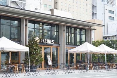 テラス席のほか、2階はブックカフェのような雰囲気で、気分や用途によって使い分けられるのもうれしいポイント(Racines FARM to PARK)