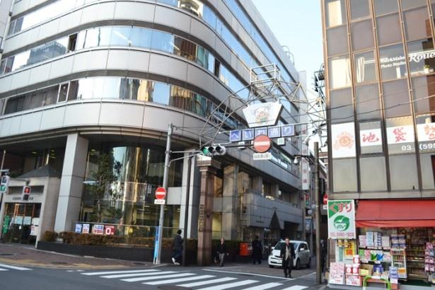 飲食店を中心に90を超える店が軒を連ねる「池袋平和通り商店街」