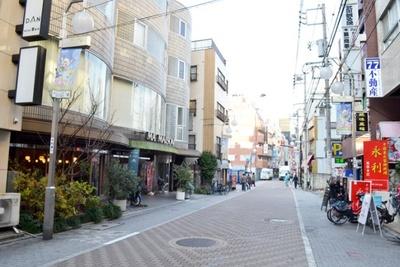 道がほぼ真っすぐなのは、江戸時代に板橋から中野をつなぐ街道として使われていた名残(池袋平和通り商店街)