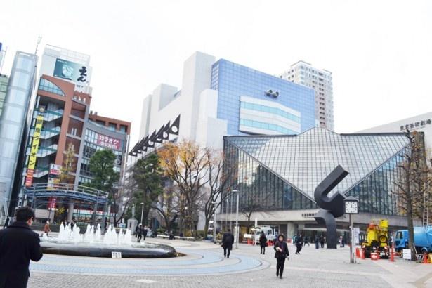 1990年に隣接する東京芸術劇場と共に再整備された「池袋西口公園」