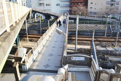 アニメでもたびたび登場する「池袋大橋」は、駅を挟んだ東と西のエリアをつなぐ、地元の人にとっても重要な橋だ