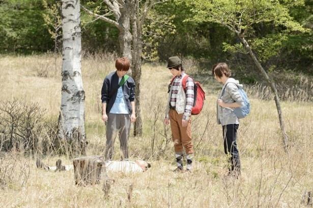 3人は森の中で死体を発見!