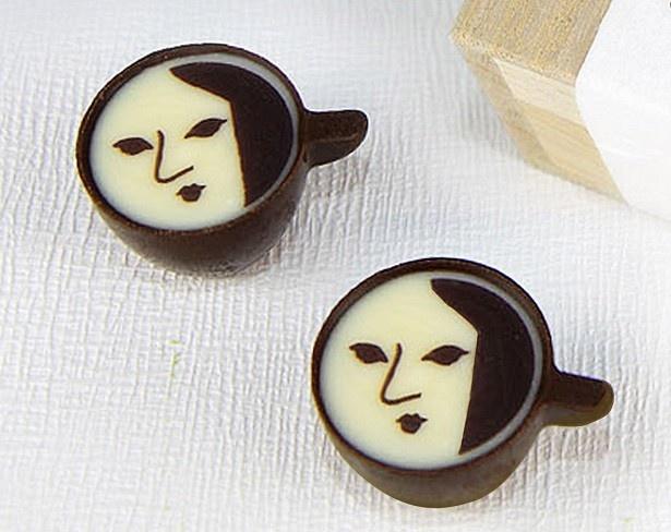 【写真を見る】カプチーノ風味のチョコとよーじやロゴを描いたチョコアートが特長