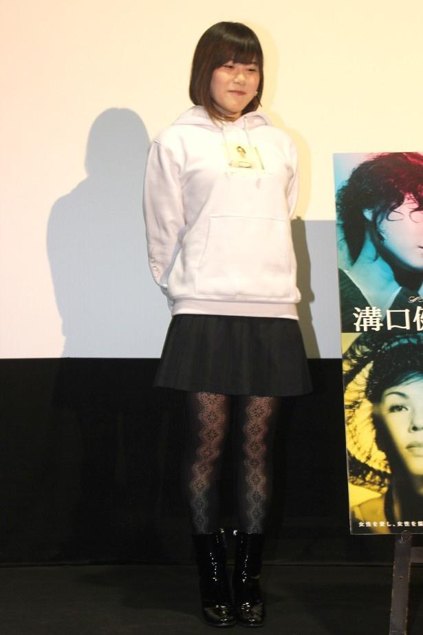 【写真を見る】パーカーと網タイツ、ブーツで登壇した山戸結希監督