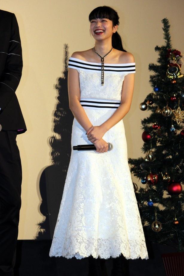 【写真を見る】小松菜奈が愛らしい!白いレースのドレスの全身ショット
