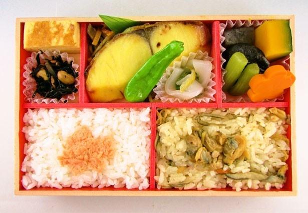 5位は魚総菜専門店「てとて」の「おいしい西京焼弁当」(1000円)。西京焼と2色のごはん、煮物の詰め合わせ ※煮物の使用食材は季節により異なる