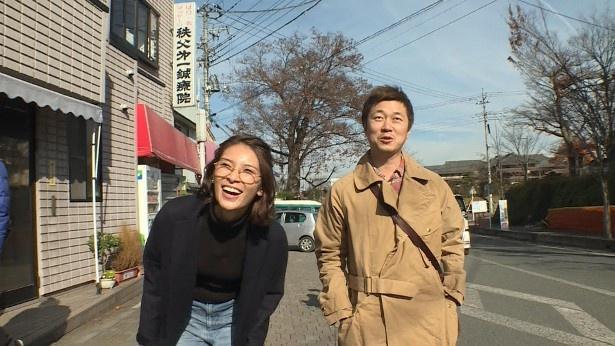 埼玉・秩父を巡る秋元才加(左)と新井浩文(右)