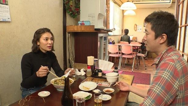 【写真を見る】秋元才加と新井浩文は、お酒を飲みながらほろ酔いトークを交わす!