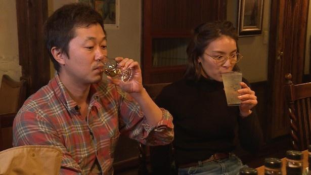 さまざまな酒場を巡る秋元と新井