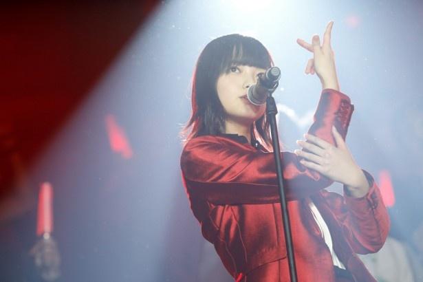 赤の衣装の平手友梨奈