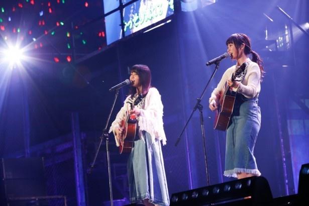 """小林由依(左)と今泉佑唯(右)の""""ゆいちゃんず""""がギター&ハーモニーで会場を和ませる"""