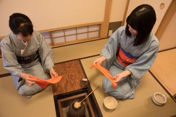 「ふくさ」の使い方も学びました。お茶を学ぶときはまずはこの稽古をするんだとか。たたみ方から持ち方まで、マスターするとカッコイイ