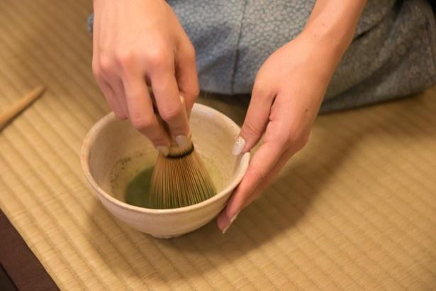 しゃかしゃかお茶を点てます。茶道といえばこれ! ってイメージがありますね