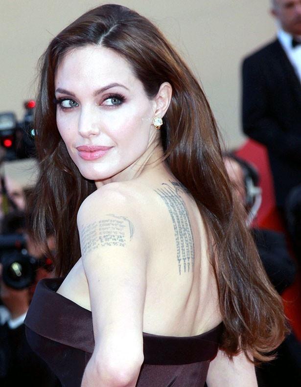 【写真を見る】家族を愛し、全員分のタトゥーを腕に彫っていたアンジェリーナ・ジョリー