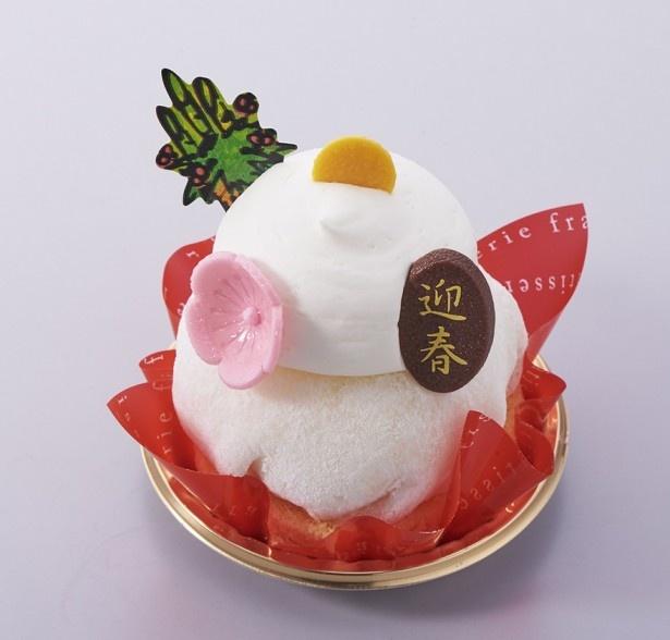 鏡餅をイメージした「賀正ケーキ 鏡もち」(399円)。こし餡と生クリームを合わせて求肥で包み、その上に生クリームを絞った一品