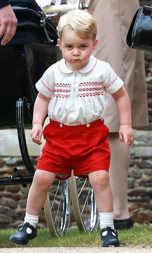 【写真を見る】カメラを睨みつける表情がかわいすぎるジョージ王子