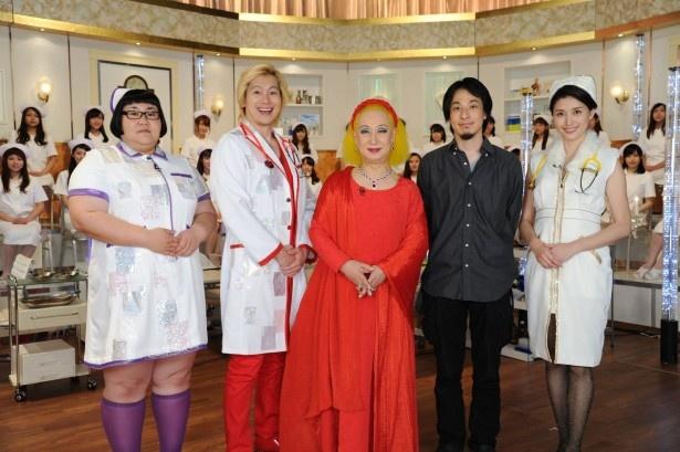 【写真を見る】メイプル超合金&橋本マナミの白衣姿はとてつもないインパクト!