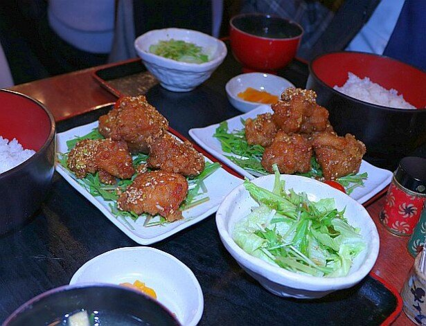 揚げたての鶏肉がジューシーな油淋鶏定食