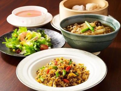「中国料理 陽明殿」の「フカヒレそばと四川チャーハンのハーフセット」(3000円別途サービス料10%)