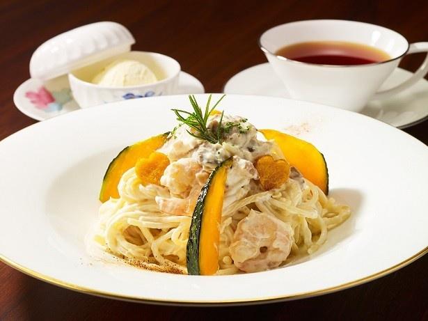 「ロビーラウンジ」の「ポルチーニ茸と海老のクリームスパゲッティ かぼちゃのチップ添え」(2000円別途サービス料10%)