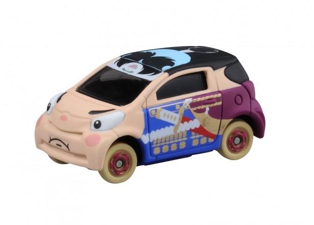 トヨタiQの車体に桃太郎をデザインした「むかしばなしトミカ」