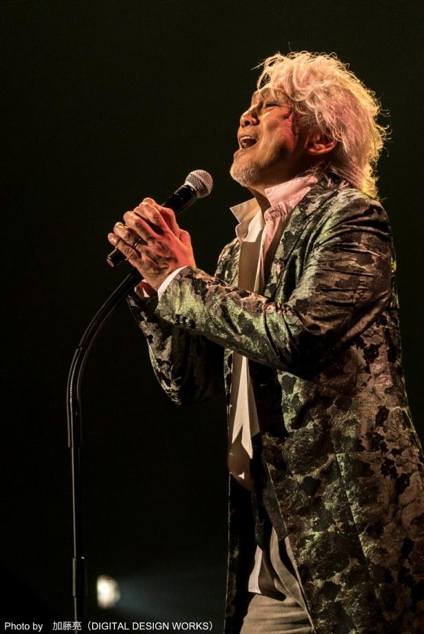 """【写真を見る】「玉置浩二 CONCERT TOUR 2016~AMOUR~」で""""愛""""を歌い上げる玉置浩二の姿は必見"""