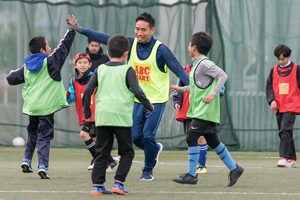 子どもたちと一緒にプレーを楽しんだ長友選手