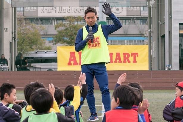 【写真を見る】子どもたちとの交流を楽しむ長友選手