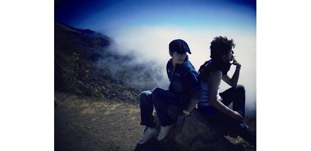 岩に座って休憩している姿もさまになるイケメン2人
